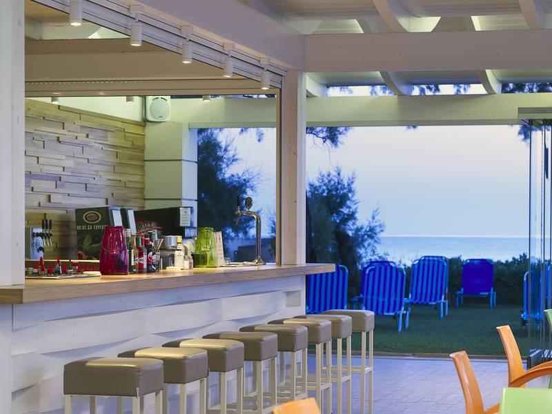 Malia Bay Beach Hotel & Bungalows 4* - bar pri bazéne