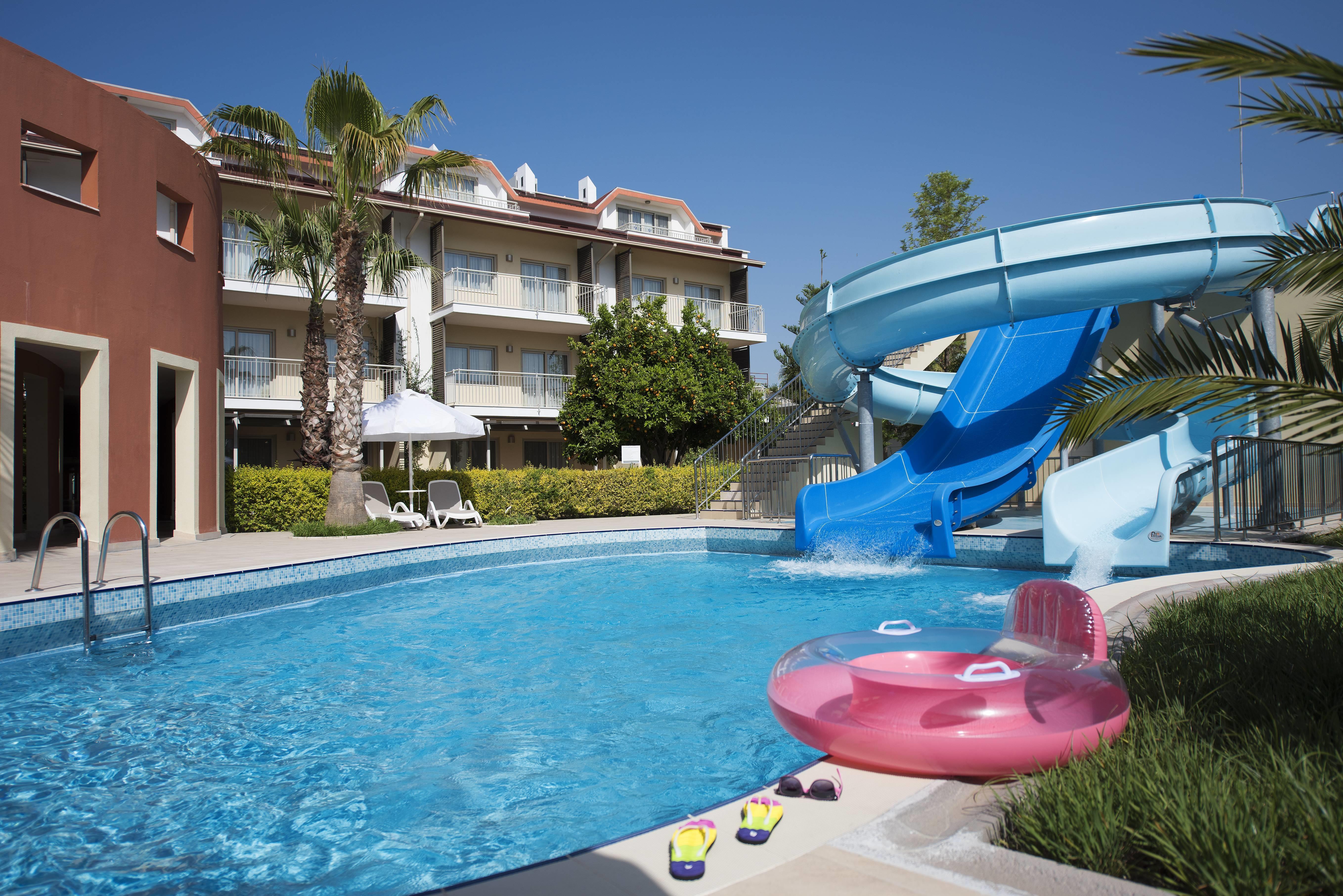 Barut B Suites 4* - bazén so šmýkačkami