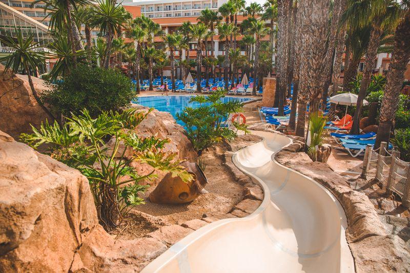 Playa Capricho 4* - vonkajší bazén so šmýkačkami