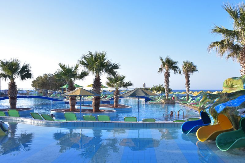 Eri Beach & Village Hotel 4* - bazén s tobogánmi